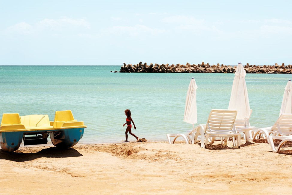 På stranden kan du bland annat hyra trampbåt.