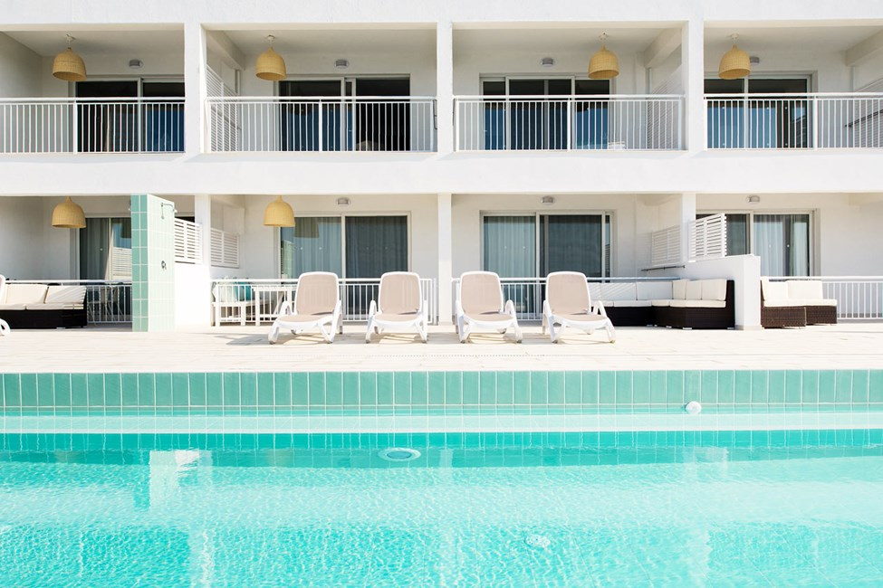 Trerumslägenhet med terrass och access till privat, delad pool.