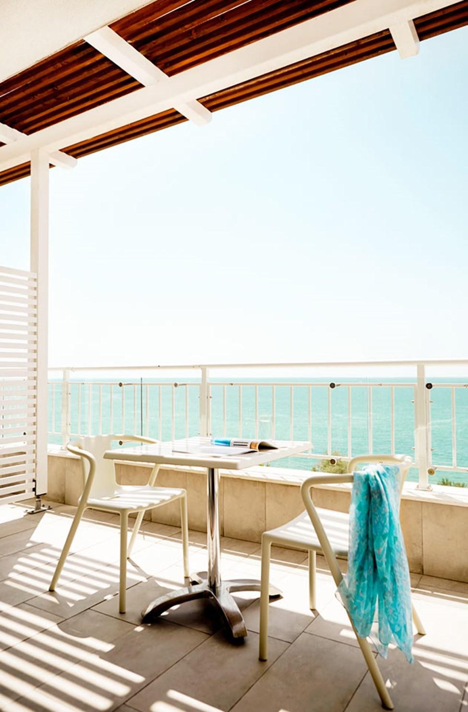 Fyrarumslägenhet med balkong och havsutsikt.