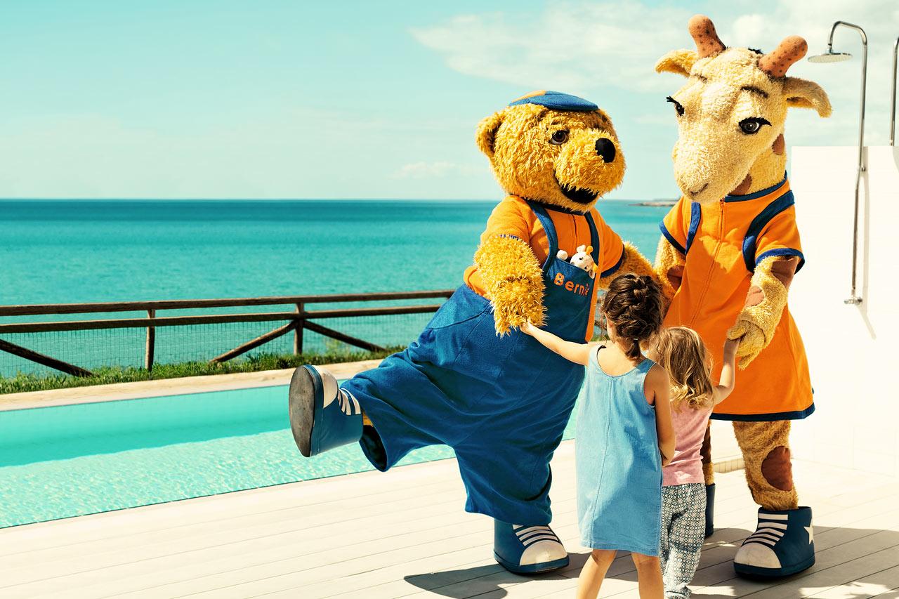 Lollo & Bernie är alla barns favoritkompisar under semestern. Dem möter du på systerhotellet Sunwing Makrigialos Beach.