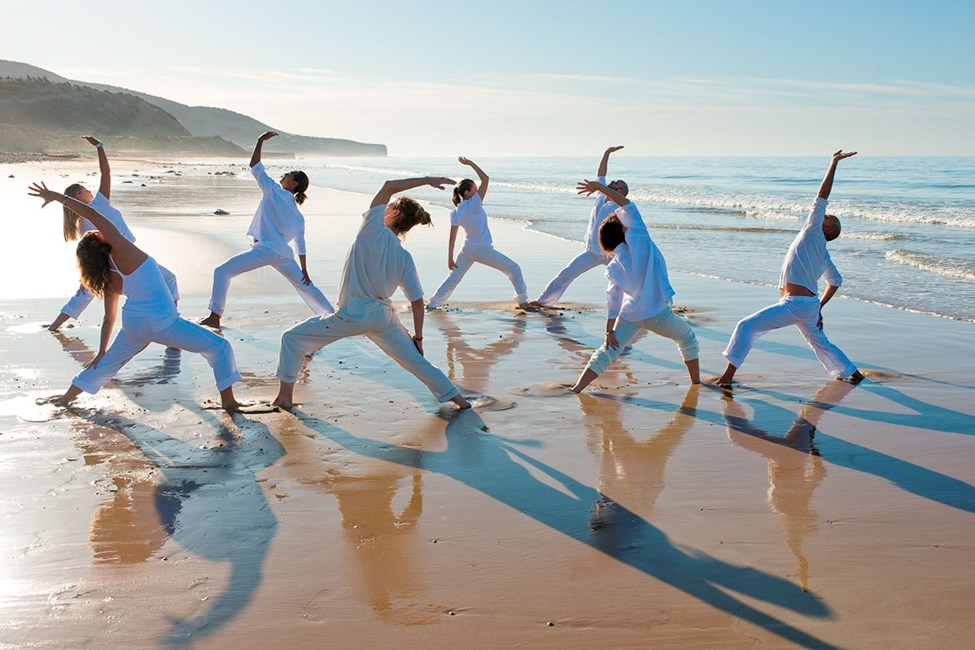 Hotellet Paradis Plage erbjuder yogaklasser på stranden.