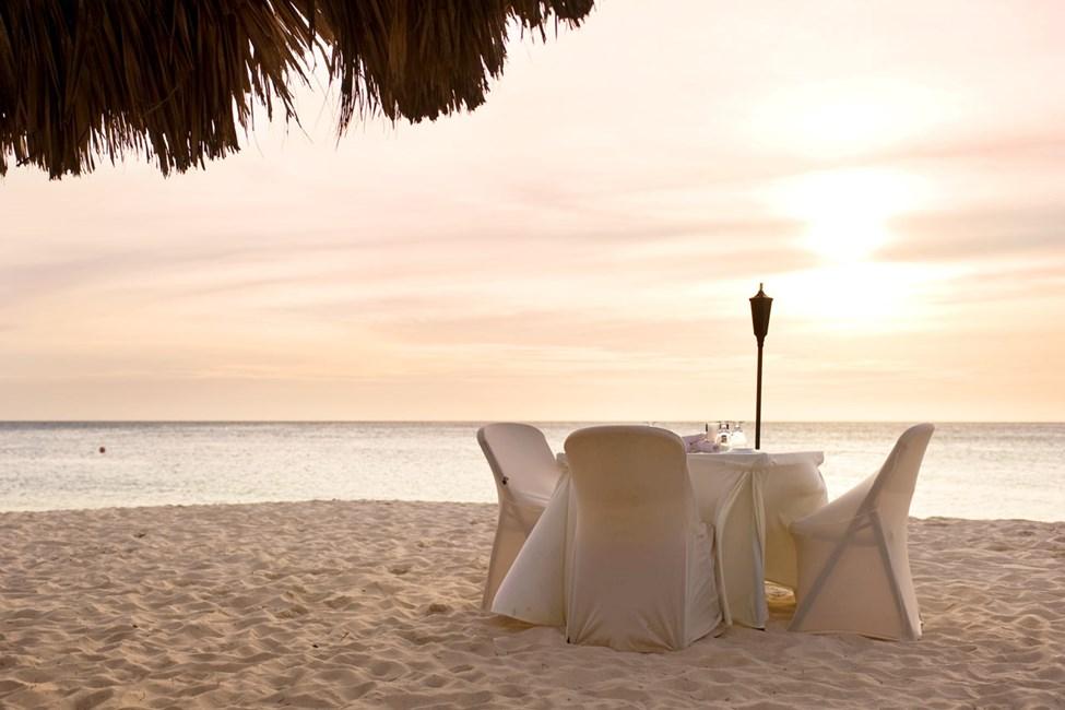 Restaurang på stranden vid solnedgång
