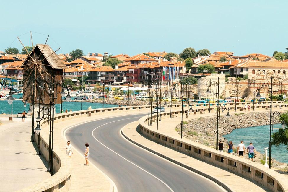 Du kan promenera in till gamla staden från den nya i Nessebar