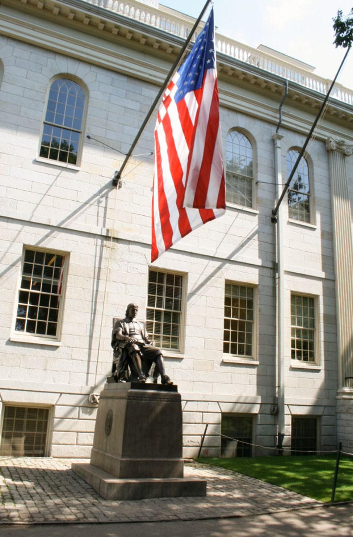 Staty av John Harvard vid Harvard University