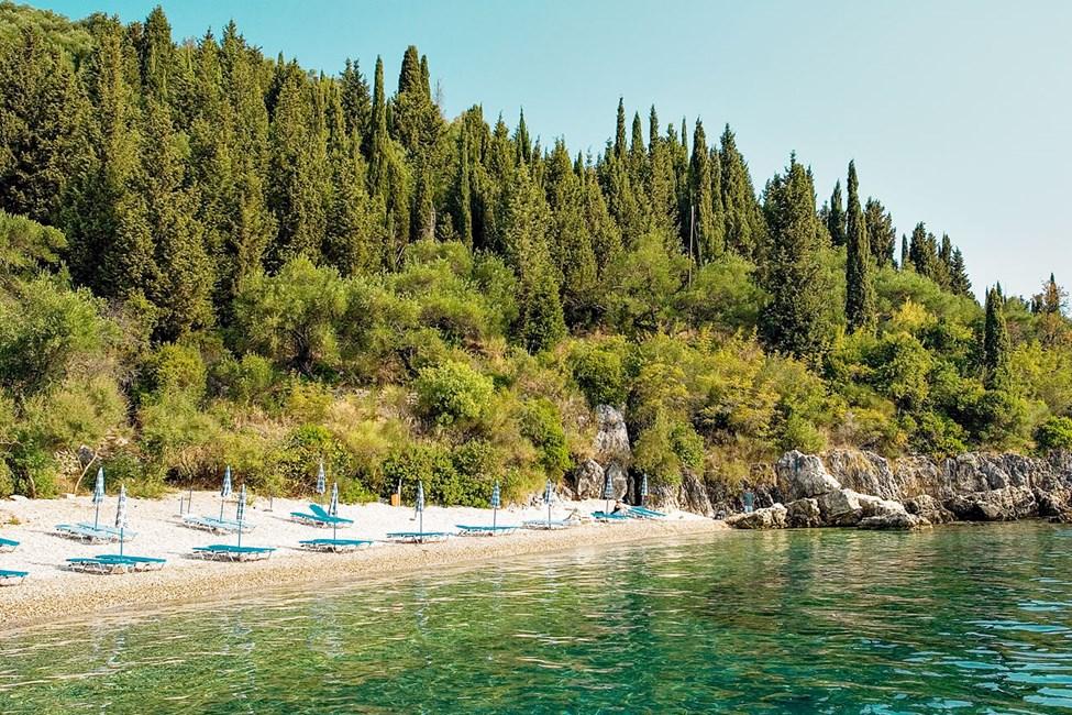 Den långgrunda stranden består av småsten vilket gör vattnet mycket klart
