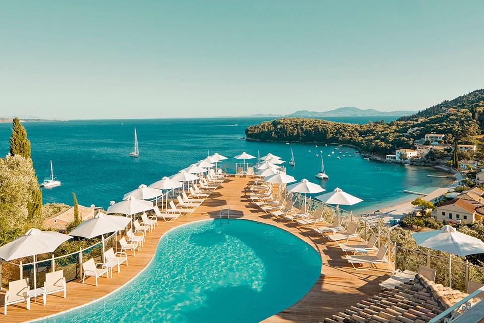 Poolområdet på Hotel San Antonio bjuder på en fantastisk utsikt över havet