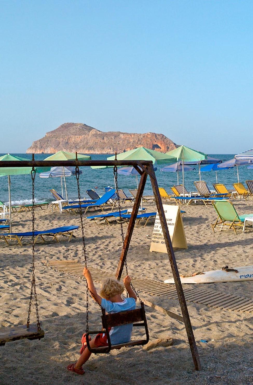 Stränderna efter Chaniakusten nås lätt med lokalbuss. Stranden i Platanias.