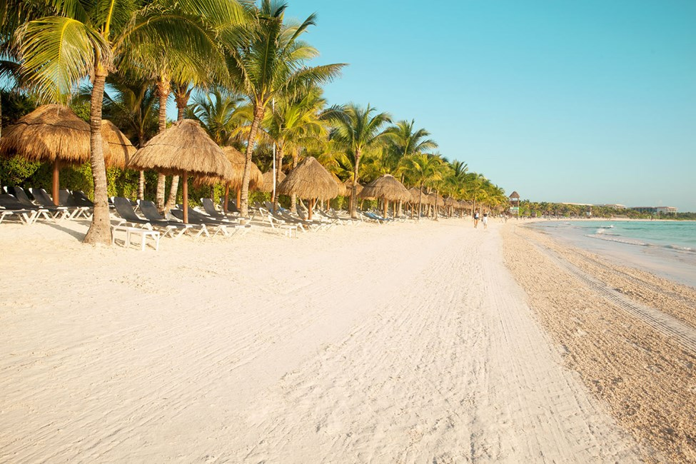 Stranden vid hotellen Grand Palladium Colonial White Sand Resort & Spa och Grand Palladium Royal Suites Yucatan