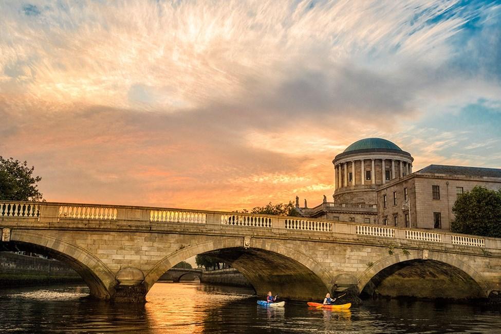 Floden Liffey, som går rakt igenom Dublin
