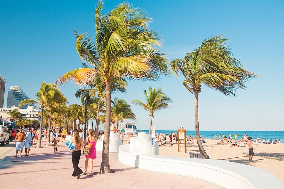 Längs med strandpromenaden hittar du massor av nöjen, glitter och lyx