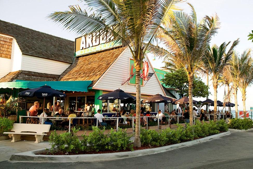 Populära Aruba Beach Bar ligger vid stranden i Lauderdale by the Sea