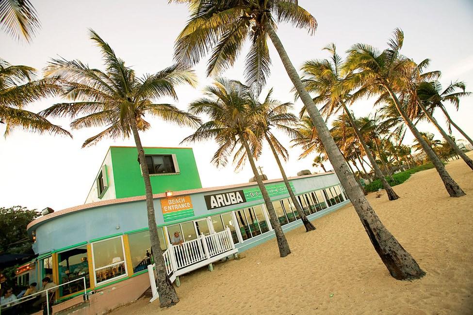 Populära Aruba Beach Bar med strandläge i Lauderdale by the Sea
