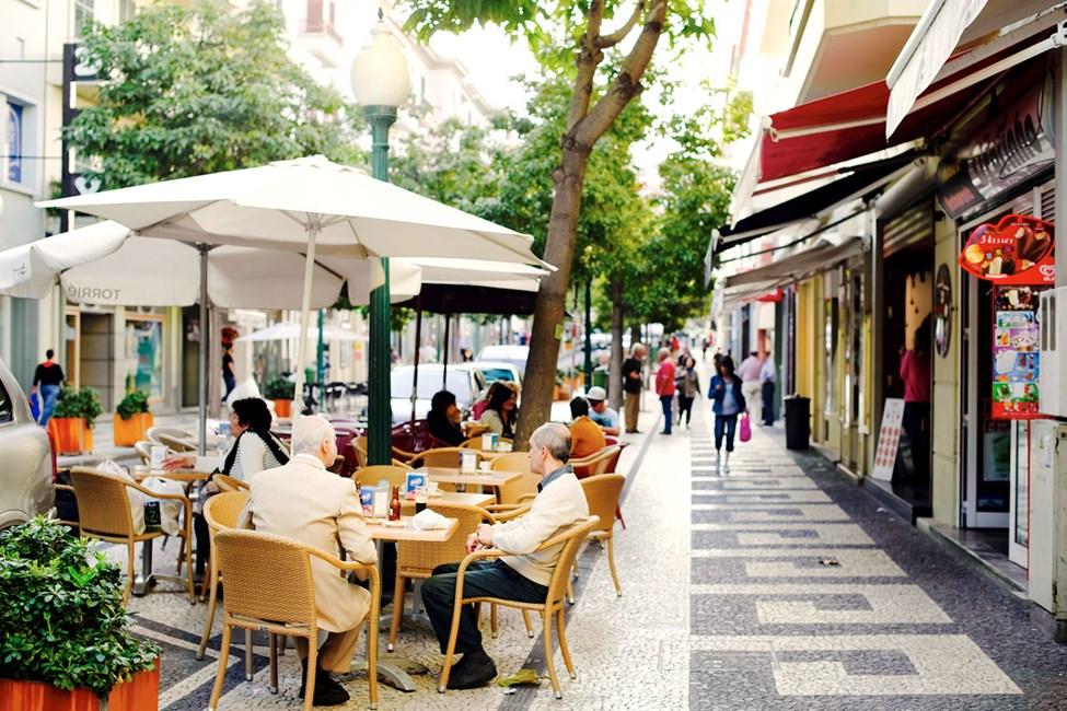 Cafétäta gatan Rua Fernao Ornelas går genom hela Funchal ner till saluhallen