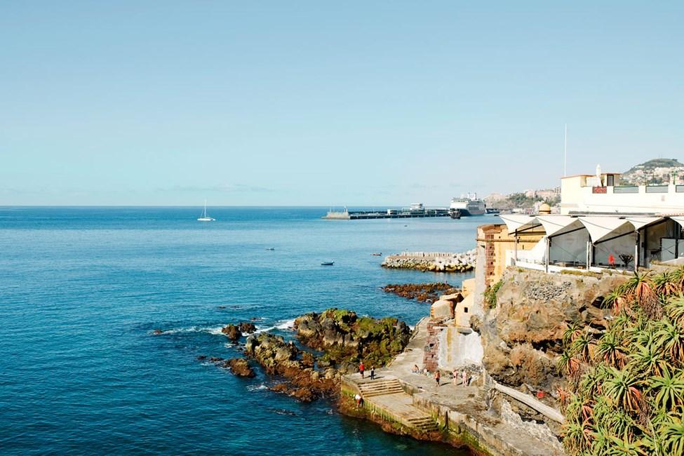 I bakgrunden syns kryssningshamnen i Funchal, vy från gamla stan
