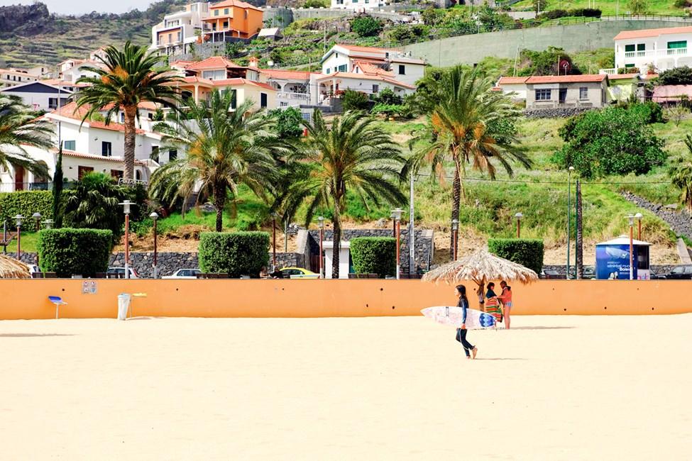 På Madeiras östkust ligger den lilla orten Machico som har en av öns konstgjorda stränder.