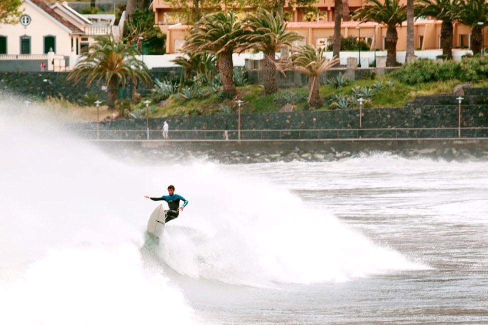 Surfare i Machico på Madeiras östkust.