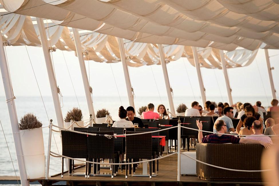 Café del Mar är en naturlig samlingsplats för en drink i solnedgången.