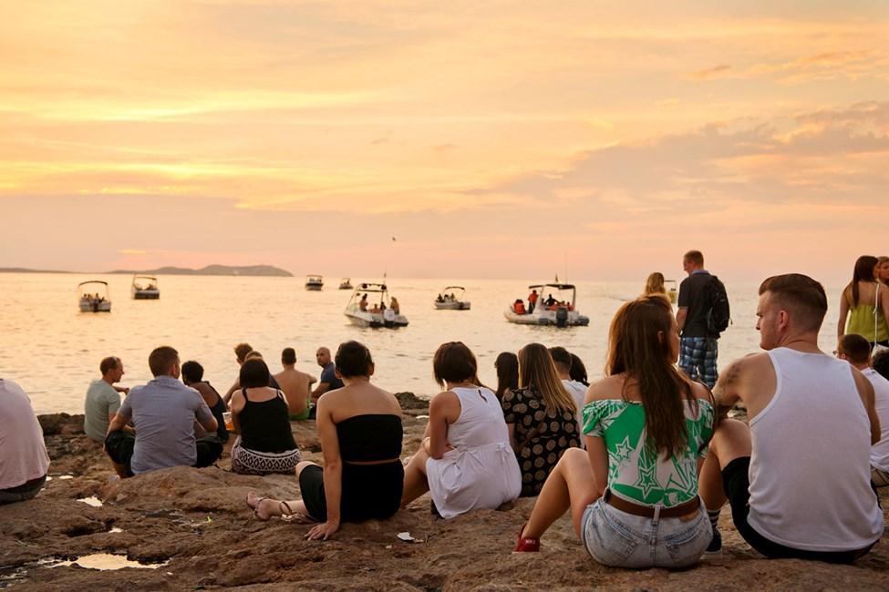 I solnedgången nedanför Café del Mar