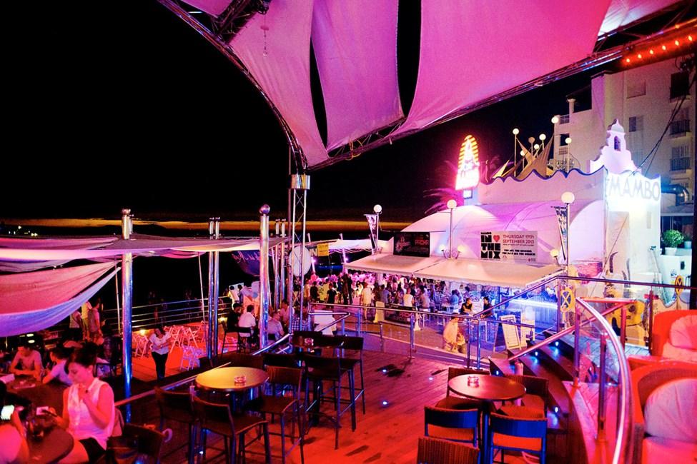 Runt Café del Mar efter att solen gått ner