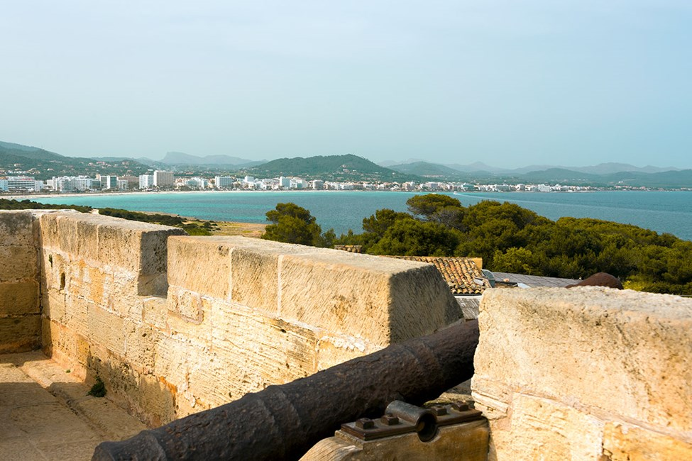 Den gamla fästningen Punta de N'Amer nära Sa Coma, med Cala Millor i bakgrunden