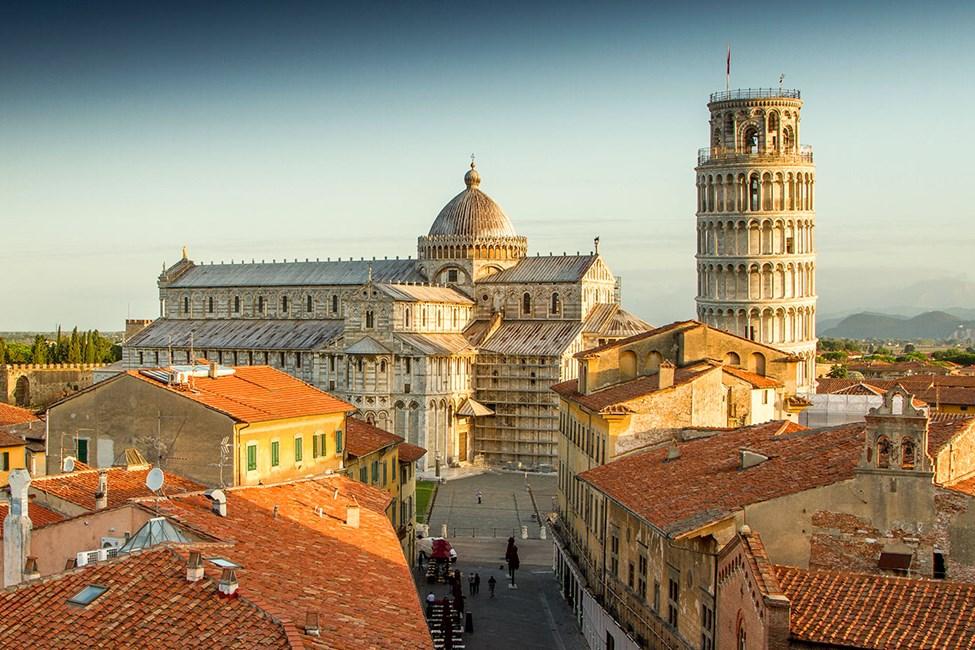 Det berömda lutande tornet tronar på Piazza dei Miracoli