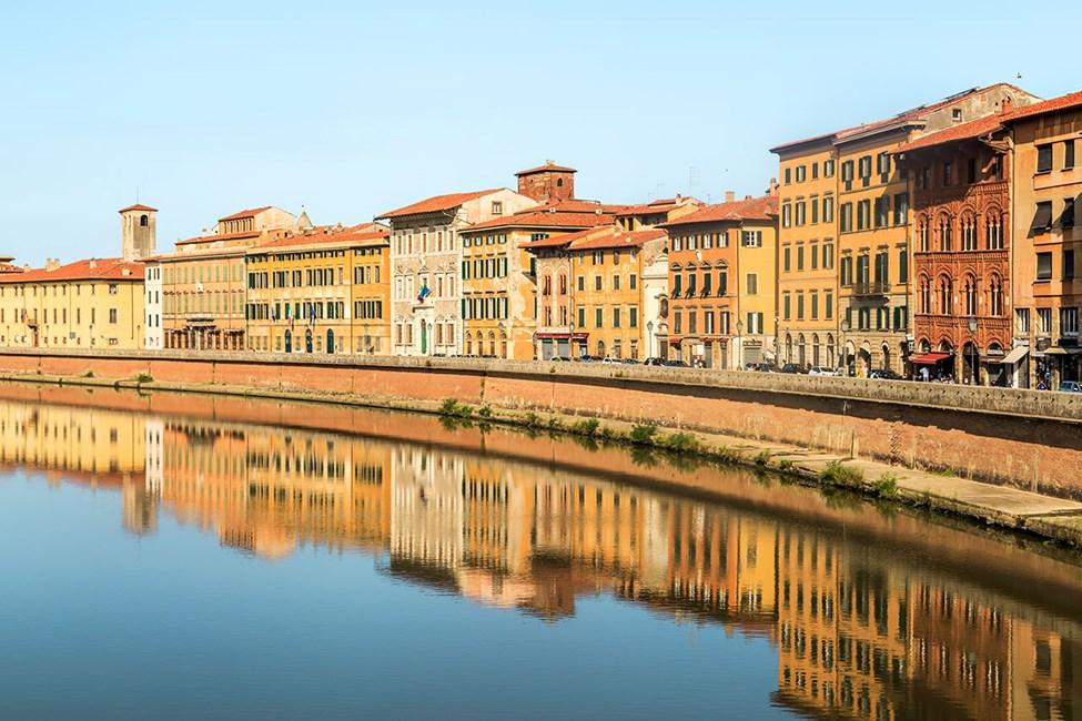 Staden delas av floden Arno som kantas av historiska byggnader