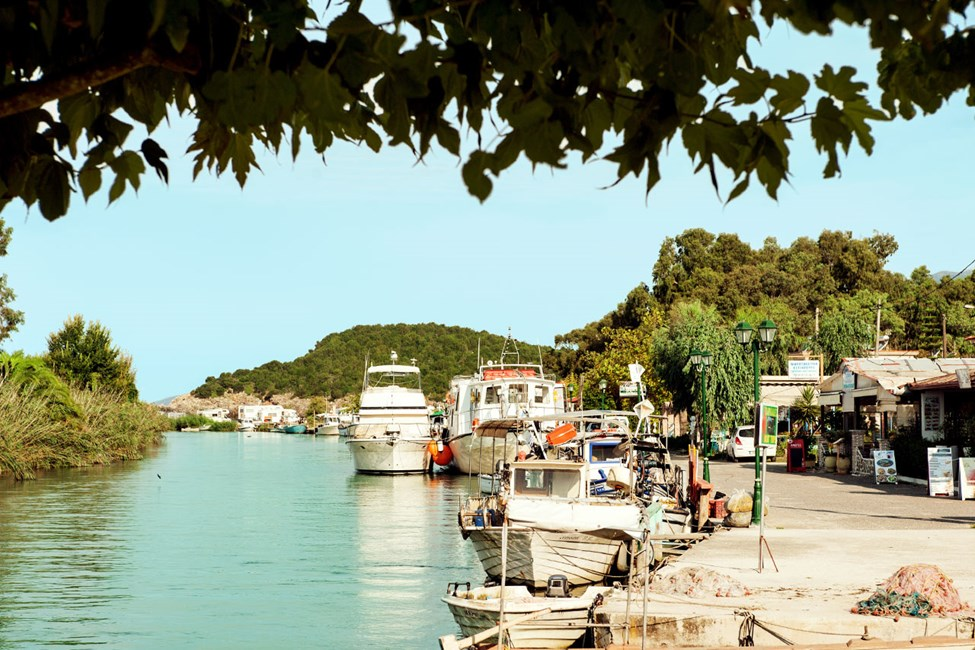 Vid floden Acheron/Styx ligger flera fisk- och skaldjursrestauranger