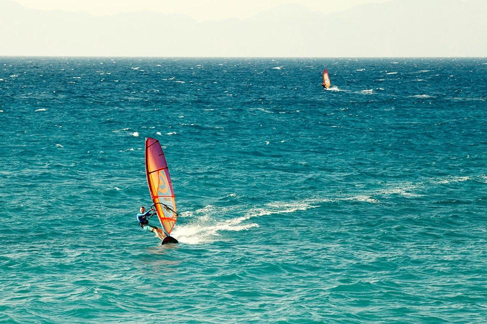 Rhodos västkust passar bra för vindsurfing