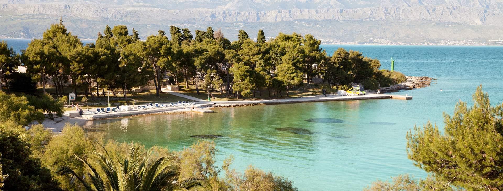 Boka en resa till barnvänliga Supetar på ön Brac i Kroatien