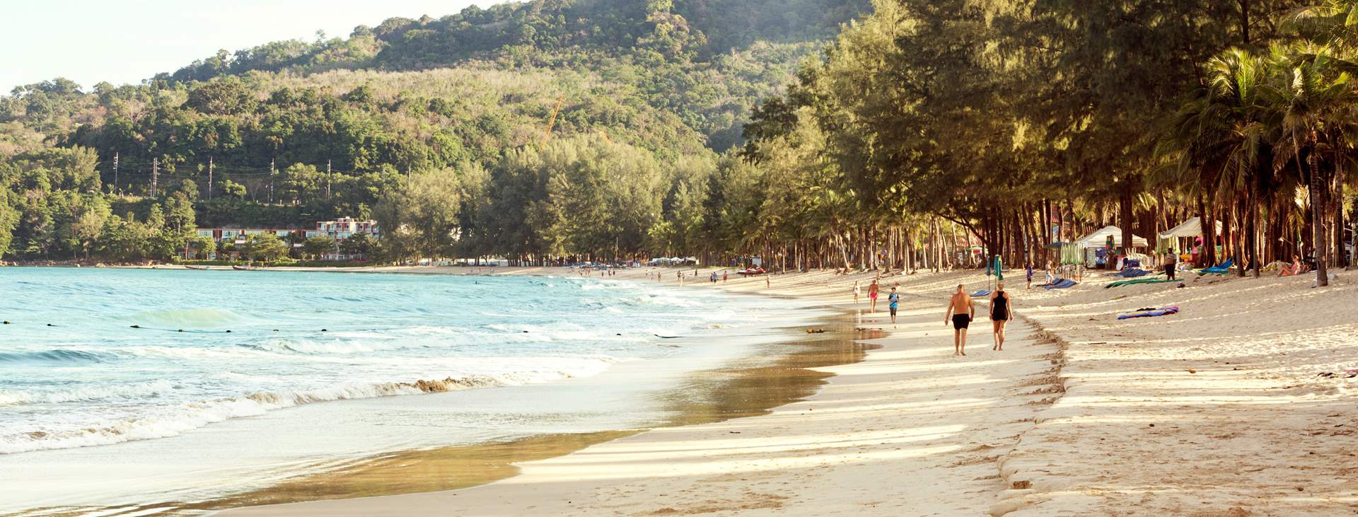 Boka en resa till barnvänliga Kamala Beach i Thailand